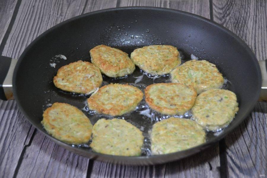 Жарьте оладьи в разогретой сковороде на растительное масле с обеих сторон до готовности.