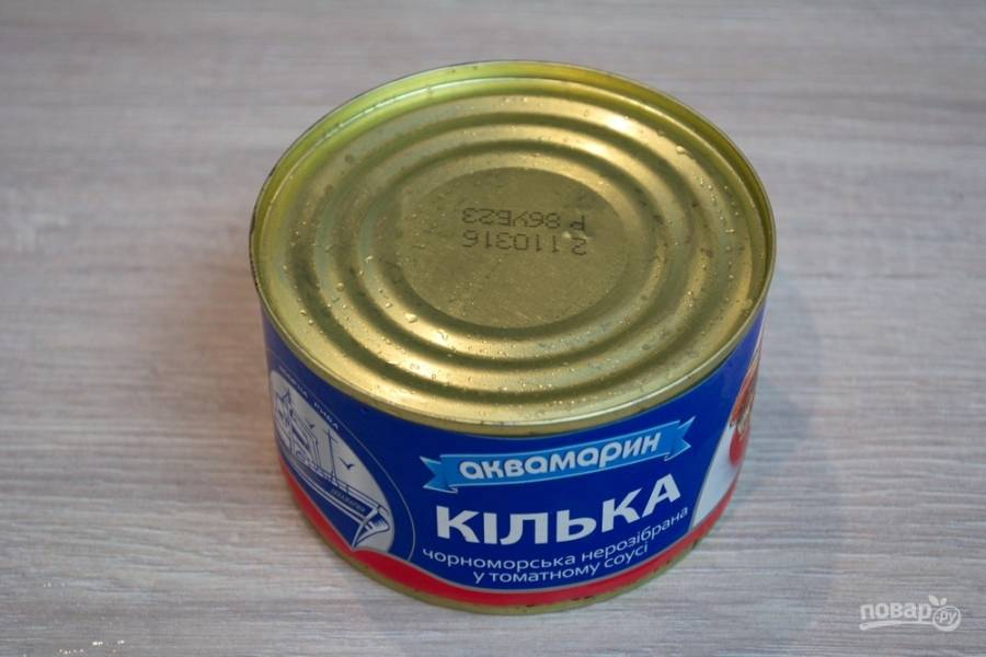 Далее нам понадобится стакан томатного сока и килька в томате. Старайтесь выбирать качественный и проверенный продукт.