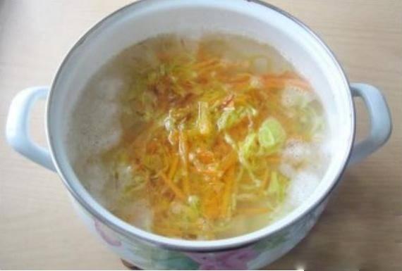 3. Припущенные на сковороде лук и морковь добавьте в кастрюлю с кипящей водой и картофелем. Варите минут 15.