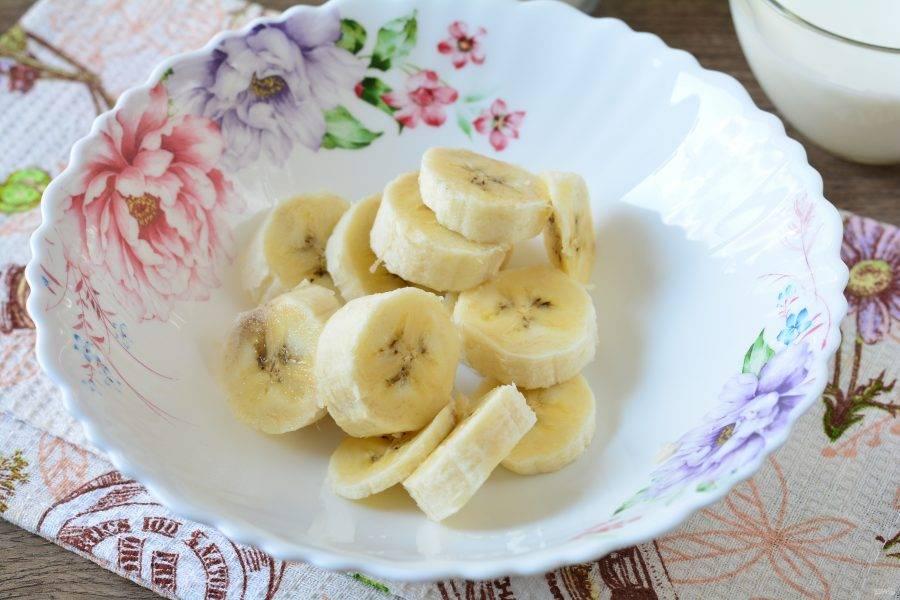 Спелый банан нарежьте колечками и переложите в миску.