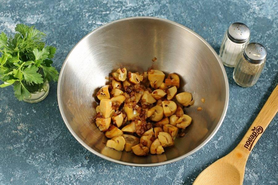 Переложите лук с грибами в глубокую миску.