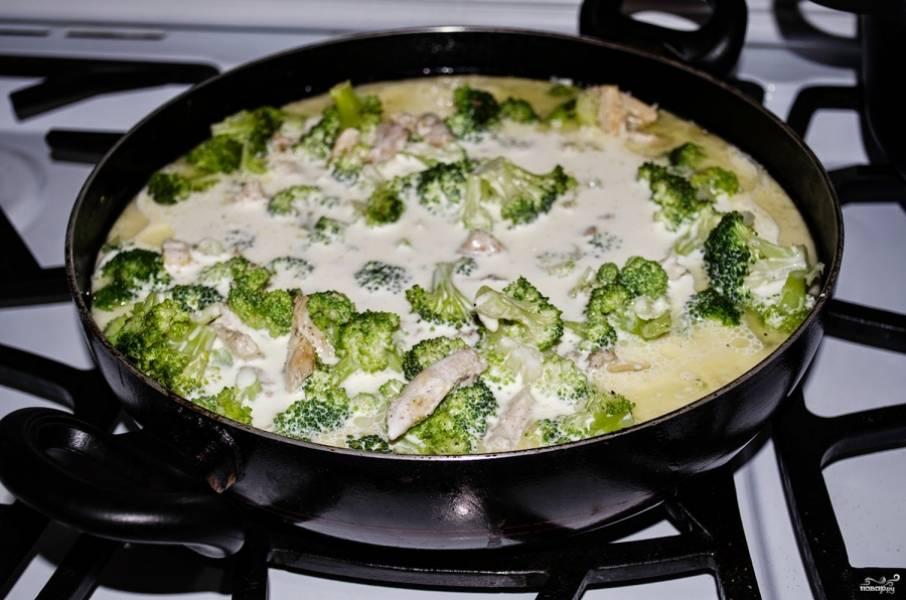 3. Теперь же заливаем все это великолепие сливками, и параллельно начинаем готовить гарнир - у меня это была паста.