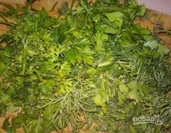 10.После закипания бульона всыпаю картошку, через 5-7 минут добавляю поджарку. Мою и мелко нарезаю зелень (петрушка и укроп).