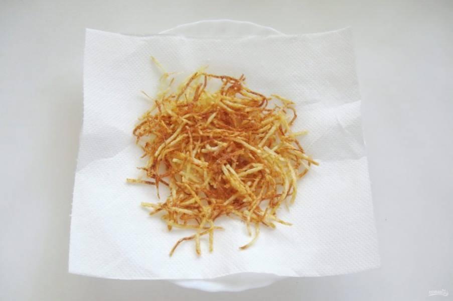 Готовый картофель пай выложите на бумажное полотенце для удаления лишнего жира.