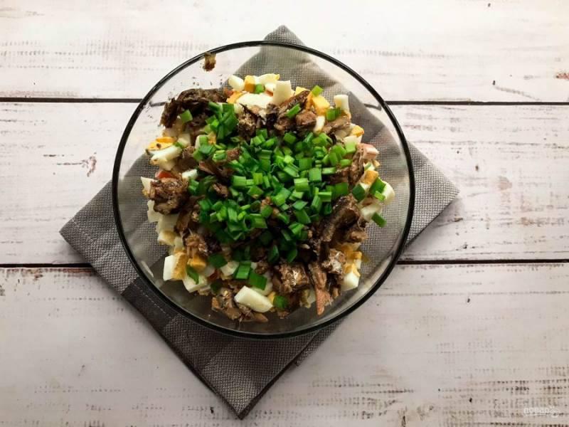 Зеленый лук помойте, мелко порубите и высыпьте в тарелку.