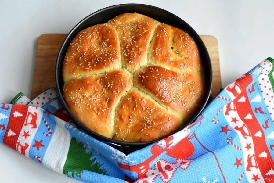 Выпекайте в прогретой до 180 градусов духовке до румяного цвета. Готовый пирог смажьте сливочным маслом  и дайте полежать под салфеткой минут 20.