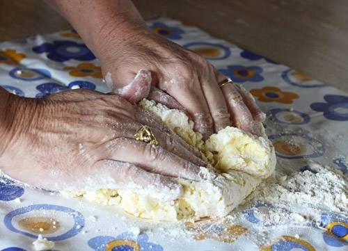 4. Переложите все на рабочий стол и начните вымешивать тесто, добавляя при необходимости муку.