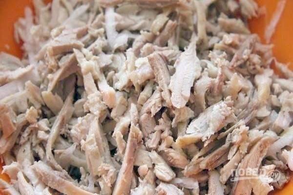 Холодное вареное куриное филе разберите на кусочки небольшой длины.
