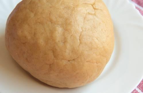 В конце добавьте молоко, замесите тесто и сформируйте из него шар. Отправьте тесто в холодильник на 20-30 минут.
