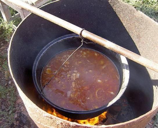 Заливаем 15 литров воды в казан, варим в течение 2-2,5 часов. После добавляем картофель, лавровый лук, перец. Варим еще минут 20.
