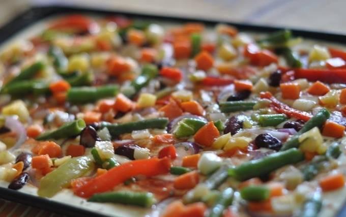 Нарезаем любые продукты на свой вкус небольшими кусочками и выкладываем начинку на тесто, ее можно немного посолить.