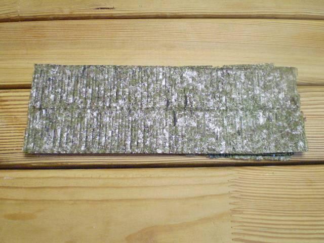 3. Листы нори ножницами режем на полоски по ширине чуточку больше сыра.