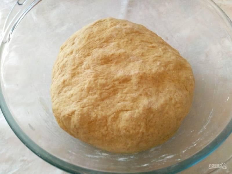 Оставьте получившееся мягкое тесто в тёплом месте на 30-40 минут.