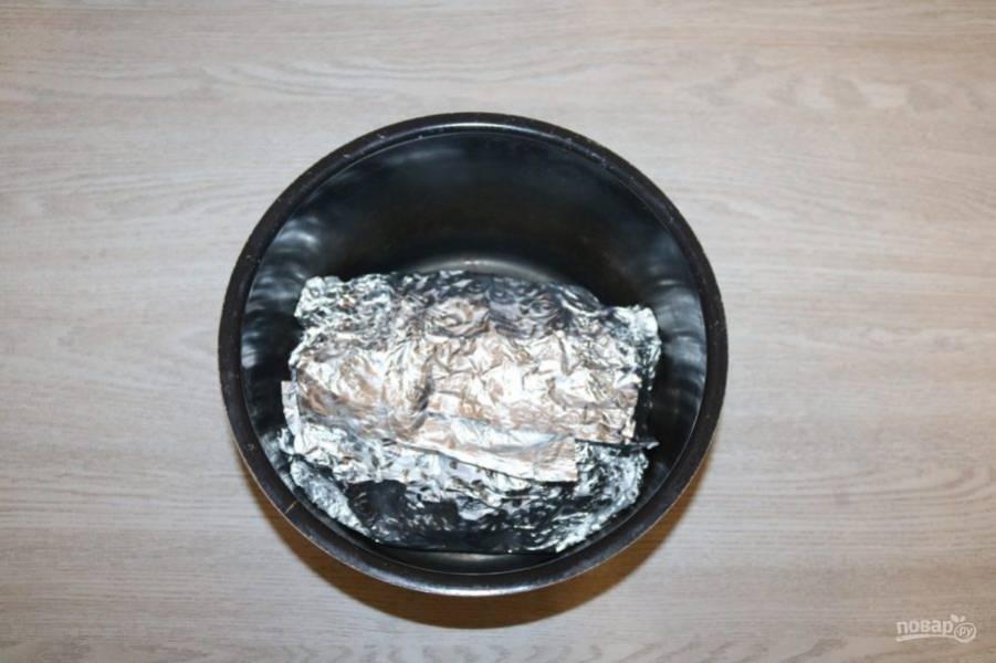 Мясо в фольге выложите в чашу мультиварки. В программах настройте режим выпечка, время 90 минут.
