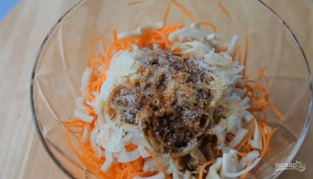 3.Морковь нашинкуйте на терке для корейской моркови, посолите, перемешайте. Добавьте кальмары, мелко нашинкованный лук, чеснок, красный перец. Залейте все раскаленным подсолнечным маслом, добавьте сахар, соевый соус, уксусную эссенцию и черный перец, перемешайте. Добавьте кориандр.
