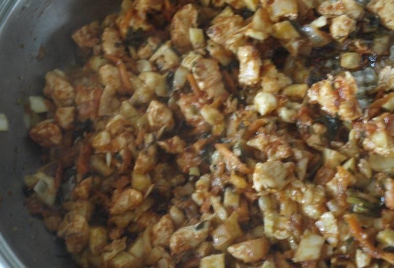 3. Обжариваем грибы с луком и смешиваем с курицей. Теперь даем начинке немного остыть и затем приступаем к начинению кабачков.