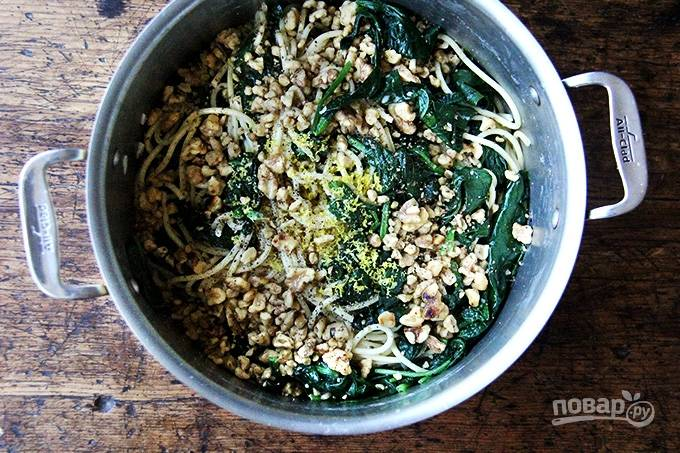 5. Вылейте соус в пасту, добавьте орешки и цедру лимона. Все аккуратно перемешайте и можно подавать к столу. Приятного аппетита! Здорово, согласны?