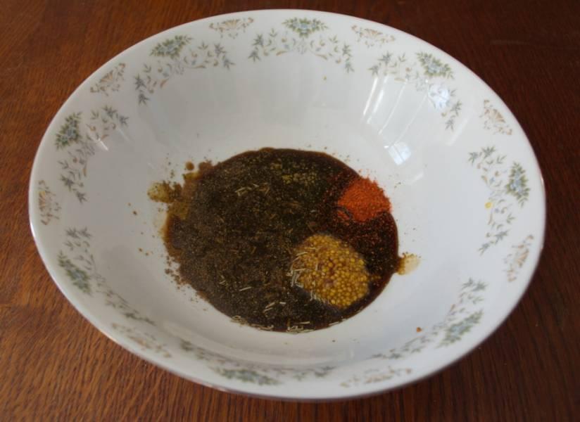Добавляем соевый соус, устричный соус, бальзамический крем, оливковое масло. Выдавливаем через пресс чеснок. Взбиваем вилочкой.