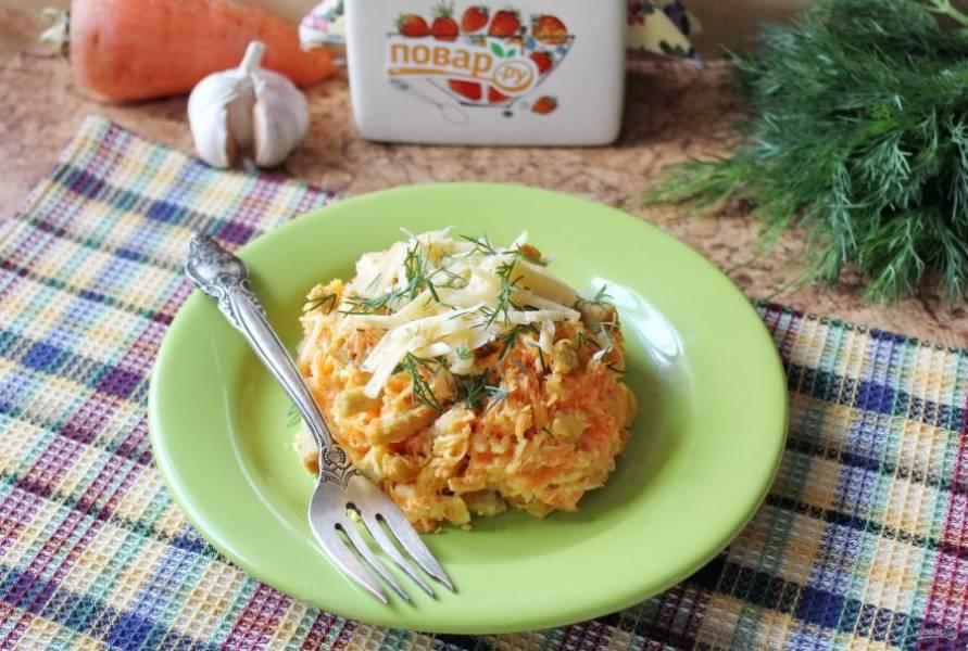 Салат с морковью и кириешками готов. Подавайте на закуску.