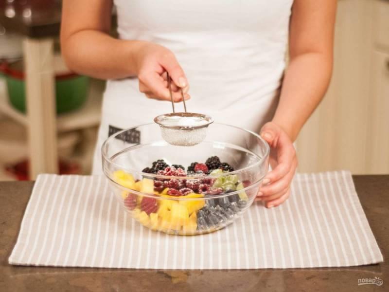 5.Смешиваю все ингредиенты в салатнике, добавляю сок одного лимона и посыпаю сахарной пудрой, аккуратно перемешиваю.
