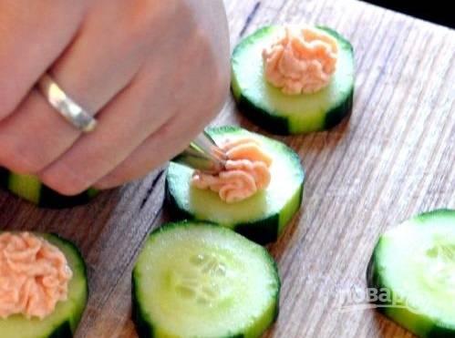 4. Мусс выложите в кондитерский мешок и отсадите на огурцы. Украсьте зеленью или каперсами, например.  Приятного аппетита!