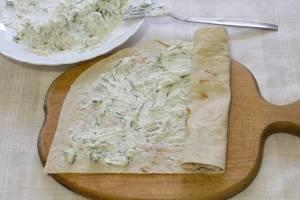 4. Завернув лаваш с начинкой из творога и зелени, его можно нарезать на порционные кусочки и красиво выложить на блюде.