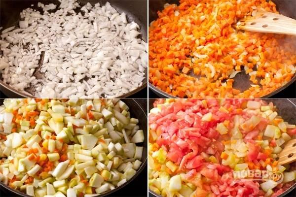 2. На сковороде с высокими бортами или в сотейнике разогрейте немного масла. Обжарьте лук минут 5. После добавьте морковь и жарьте еще минут 10, помешивая. Влейте еще масла, выложите кабачки и помидоры.