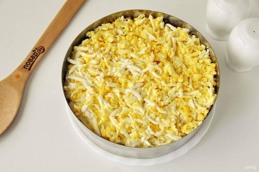 Далее идет слой тертых яиц.