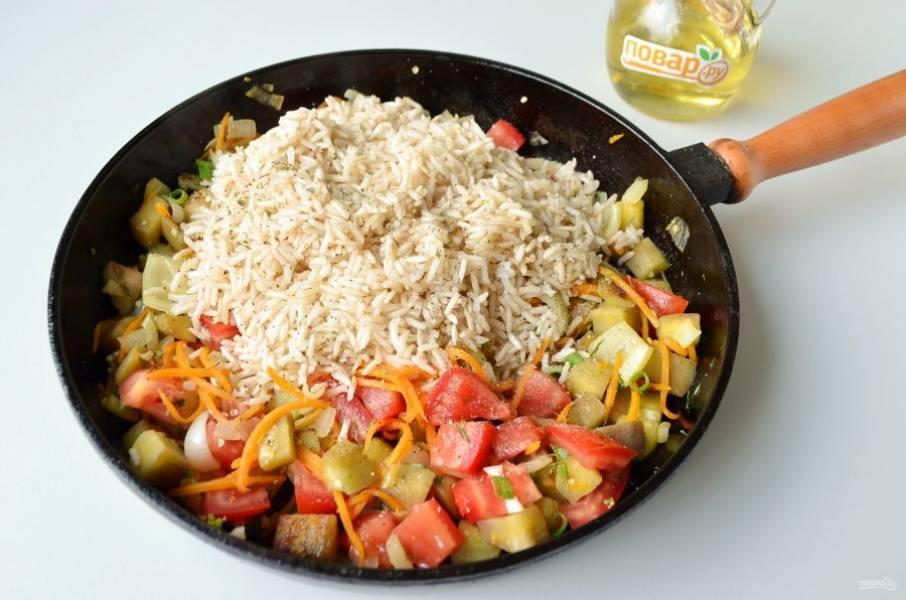 5. Всыпьте полуготовый рис. Перемешайте. Посолите, добавьте любимые специи, перец черный, сушенный укроп. Залейте водой так, чтобы только покрыло рис. Томите на медленном огне еще 20 минут.