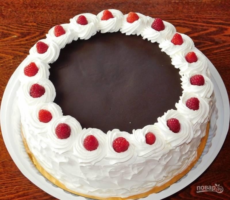 Украсьте по своему вкусу. Поставьте в холодильник на несколько часов (лучше на ночь), чтобы торт хорошо пропитался и застыл. Приятного чаепития!