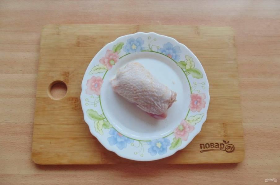 Сверните мясо с грибами рулетиком.