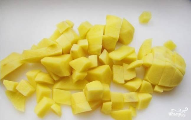 9. Пока тушатся овощи, очистить и нарезать небольшими кубиками картофель и отправить его в кастрюлю с бульоном. Через 10 минут можно добавить зажарку и варить около 15 минут, пока овощи не станут мягкими.