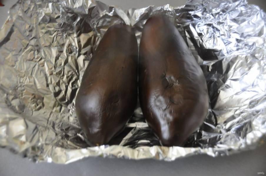 Охладите испеченные баклажаны и очистите их от кожицы.