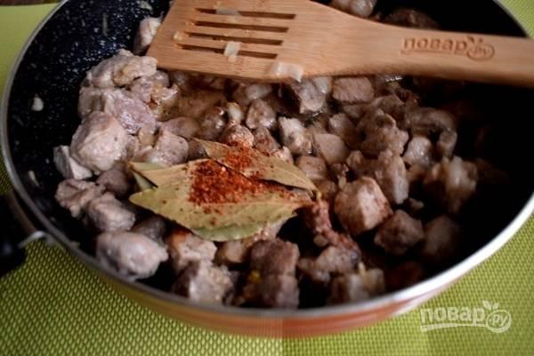Добавьте соевый соус, уксус, паприку, лавровый лист, сок цитрусовых и воду. Накройте крышкой и тушите около 30 минут.