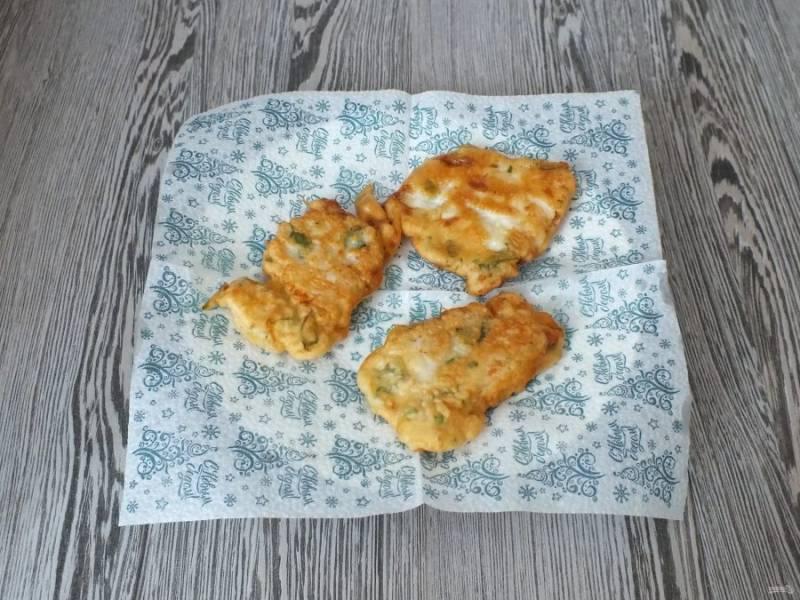 Готовый судак переложите на тарелку застеленную бумажной салфеткой, для удаления лишнего жира.