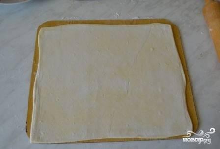 Достаем тесто из морозилки, даем ему оттаять. Затем раскатываем в тонкий пласт.