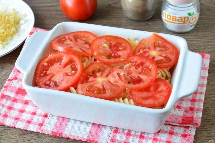Сверху на макароны выложите слой помидоров.