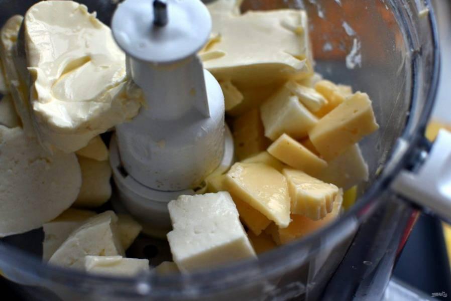 Для   заливки в чашу комбайна положите кусочки адыгейского и твердого сыров, добавьте сметану, яйца и баночку плавленого сыра.  Вкус сыра лучше брать грибной или сливочный. Пробейте смесь до однородности.