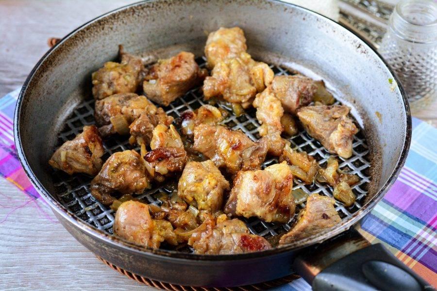 Сделайте сильный огонь и обжаривайте мясо до румяной корочки 3-4 минуты. Добавьте соль и перец по вкусу. Снимите с огня.