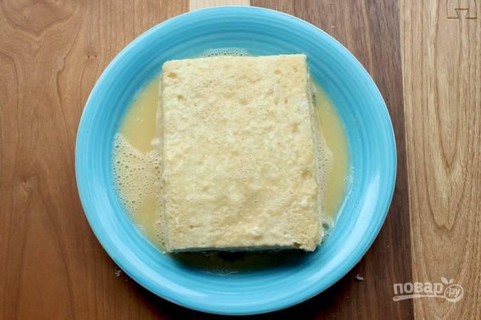 4. Яйца взбейте с молоком. Добавьте щепотку соли и по желанию перца. Окуните сэндвич.