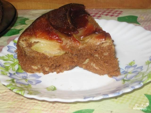 Рецепт приготовления десерта из яблок в мультиварке необычайно прост, а подготовительный процесс занимает минимум времени. При подаче его можно перевернуть вверх дном. Любителям сладкого можно присыпать еще и сахарной пудрой.