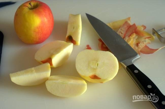 1. Первым делом включите духовку и пусть разогревается до 180 градусов. Яблоко вымойте, обсушите и очистите.