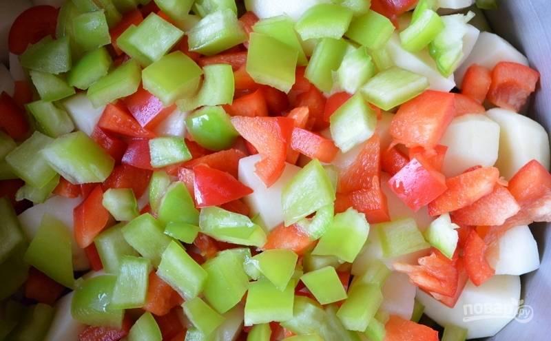 Далее добавьте нарезанный перец, посолив его.