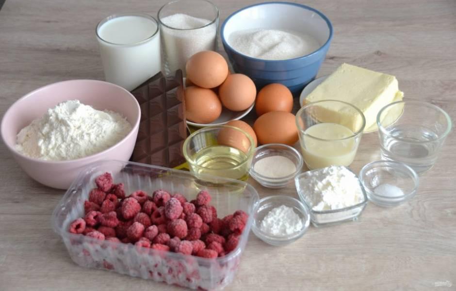 Подготовьте ингредиенты. Заранее достаньте из холодильника масло, яйца и сгущенное молоко, чтобы они были комнатной температуры.