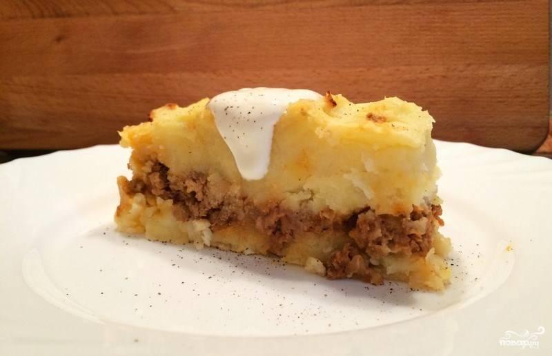 """Натрите на терке твердый сыр, равномерно присыпьтее им блюдо. Поставьте мультиварку в режим """"Выпечка"""" и запекайте блюдо около часа. Готовую запеканку достаньте и остудите, можете полить ее сметаной по желанию."""