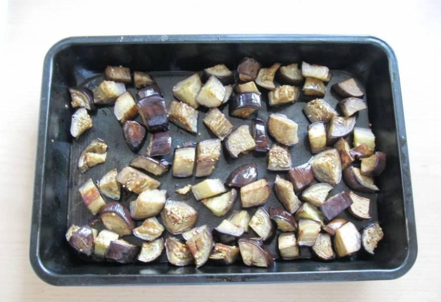 Запекайте баклажаны в духовке при температуре 190 градусов 20-25 минут. Затем переверните каждый кусочек на другую сторону и запекайте еще 20 минут.