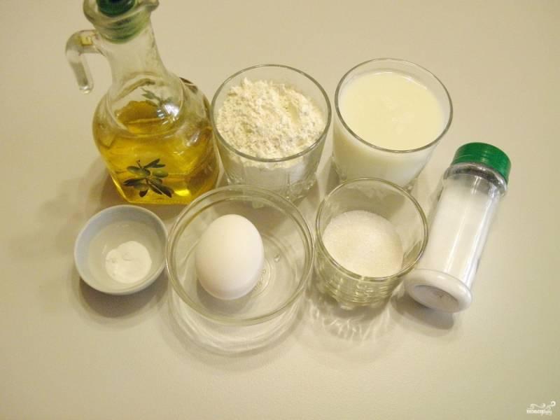 Подготовьте продукты для панкейков. Молоко должно быть хорошо скисшим, иначе нужно добавить немного уксуса.