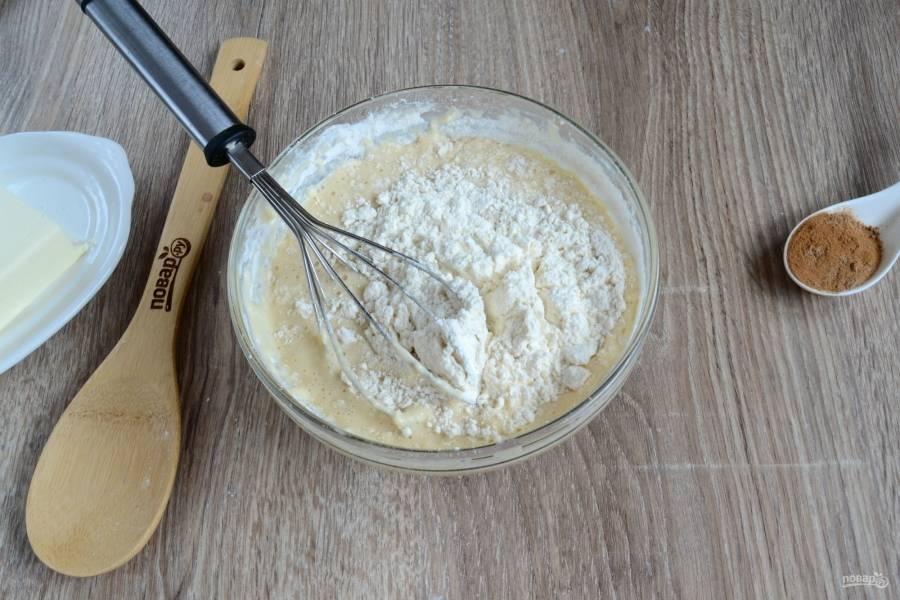 Начинайте вводить просеянную муку. Размешивайте сначала венчиком или ложкой, а затем выложите тесто на рабочую поверхность и замесите руками. Месить надо около 10 минут, за это время тесто станет однородным и гладким. Обратите внимание: муки вам может понадобиться немного больше или меньше, чем указано в рецепте, в этом нет ничего страшного.