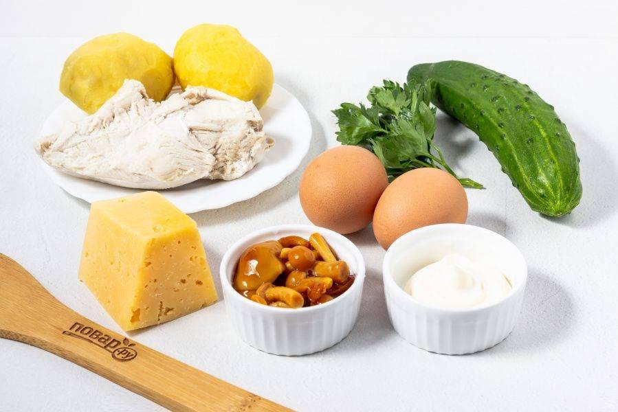 Подготовьте все необходимые ингредиенты. Куриное филе, яйца и картофель заранее отварите по отдельности в подсоленной по вкусу воде. Остудите.