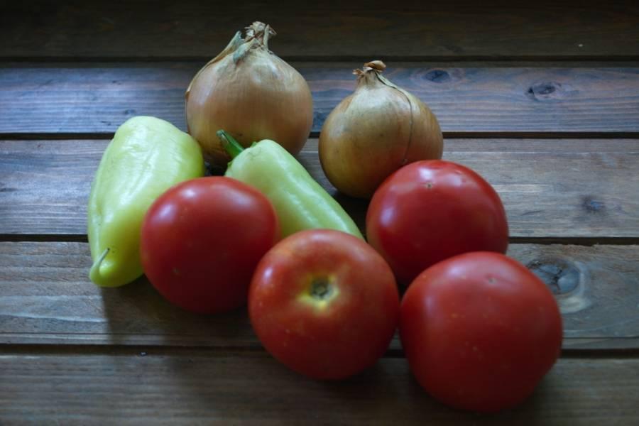 Для приготовления кетчупа нам нужны будут все вышеперечисленные продукты. При отсутствии помидоров такой кетчуп можно приготовить из консервированного томатного сока, 4 кг. свежих помидоров приблизительно равно 3 литрам сока.